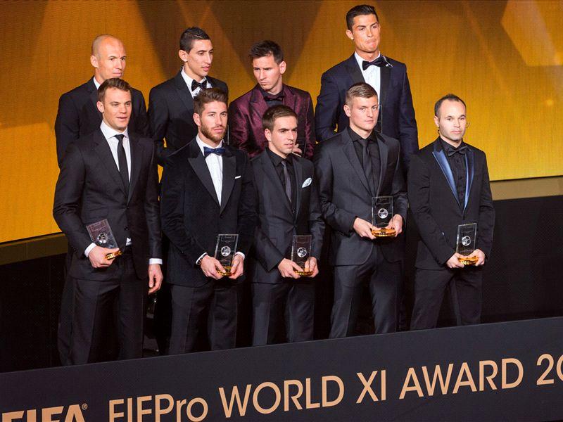 Cristiano Ronaldo (atas, paling kanan) bersama dengan Tim Terbaik FIFA 2014 (foto: goal.com)