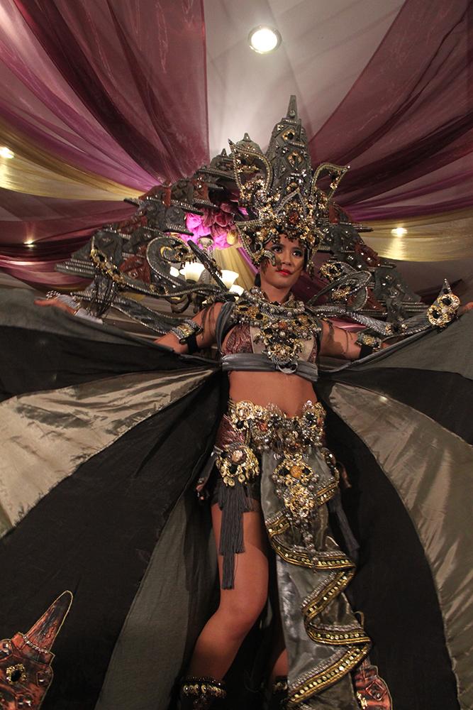 Elvira Devinamira memperlihatkan kostum The Chronicles of Borobudur (foto: mustikaratu)