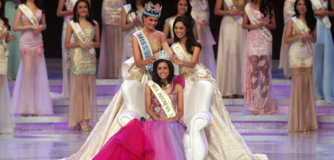 Sedang dimahkotai: Miss Indonesia 2015, Maria Harfanti (foto: kanalsatu)