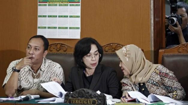 tengah: Chatarina M. Girsang (foto: bijaks.net)