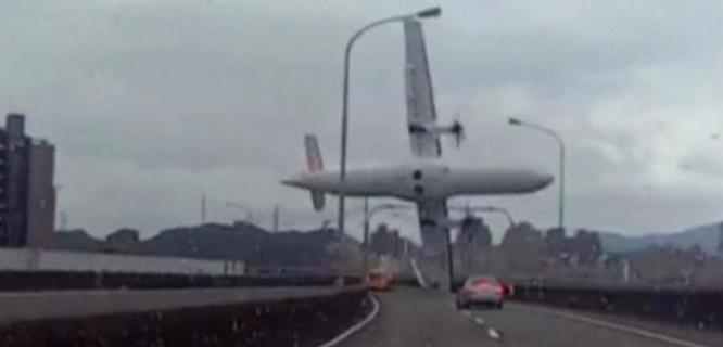 Gambar dari sebuah video amatir yang menunjukkan saat-saat pesawat TransAsia Airways jatuh ke sungai (foto: Reuters)