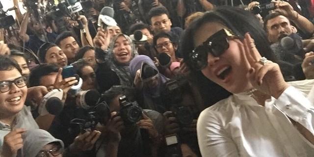 Syahrini berswafoto di depan Bareskrim Polri (foto: Instagram Syahrini)