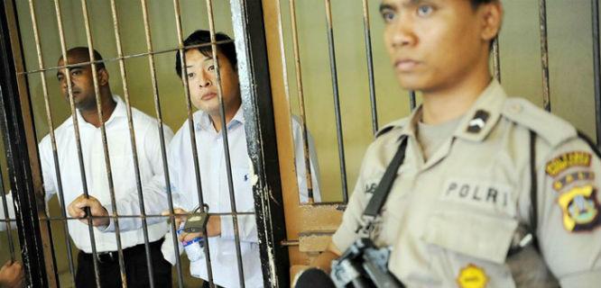 Myuran Sukumaran (kiri) dan Andrew Chan (tengah) dikawal Polri (foto: Reuters)