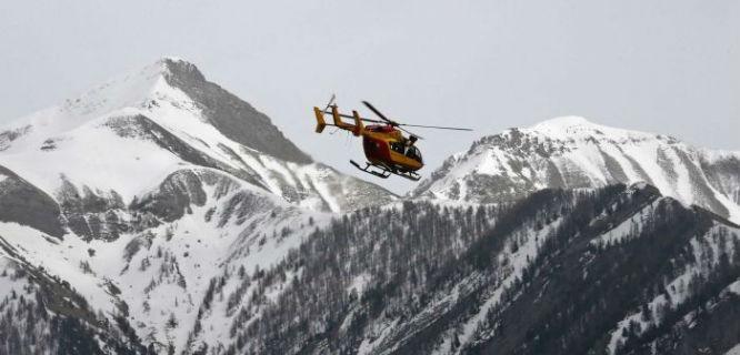 Sebuah Helikopter dari French Securite Civile Terbang Melintasi Pegunungan Alpen untuk Mengevakuasi Korban Jatuhnya Pesawat Germanwings (foto: abc.net.au)