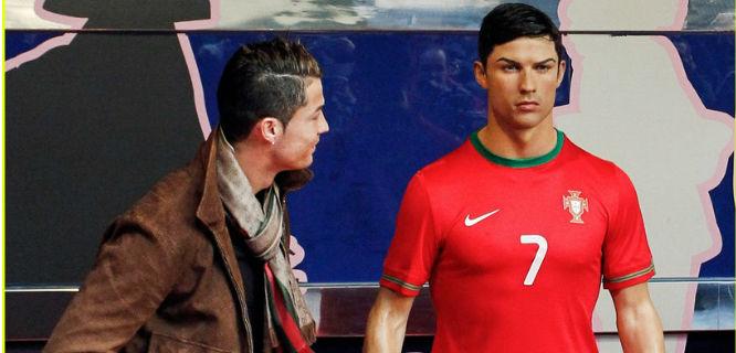 Cristiano Ronaldo (kiri) dan patung lilinnya (foto: justjared.com)