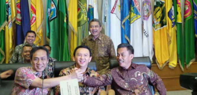 Ahok (tengah) saat mediasi Pemprov-DPRD DKI Jakarta (foto: tribunnews)