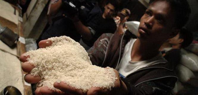 Pedagang menunjukkan beras sentra ramos yang diduga bercampur beras sintetis (foto: Antara)