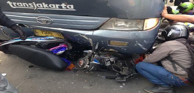 Bus TransJakarta menabrak kendaraan dan pejalan kaki (foto: twitter @yocepurwa)