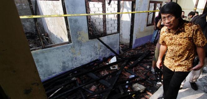 Seto Mulyadi memeriksa puing-puing kantor Komisi Nasional Perlindungan Anak (foto: Tempo)