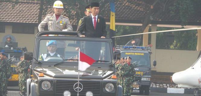 Presiden RI Joko Widodo selaku inspektur upacara HUT Bhayangkara ke-69 (foto: Kompas)