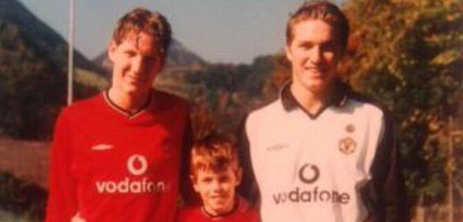 Schweinsteiger bersaudara berfoto mengenakan seragam Manchester United