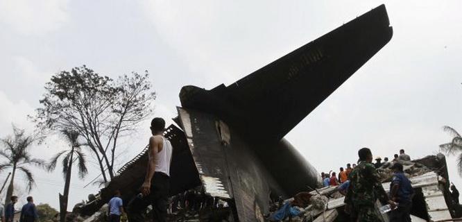 Pesawat Hercules jatuh (foto: Reuters)