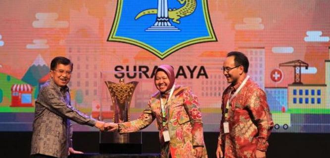 Tri Rismaharini menerima penghargaan Kota Cerdas 2015 (foto: tribunnews)