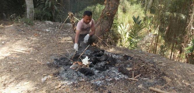 Saefudin Zuhri membakar bangkai unggas-unggas miliknya yang diduga terkena flu burung (foto: Kompas)