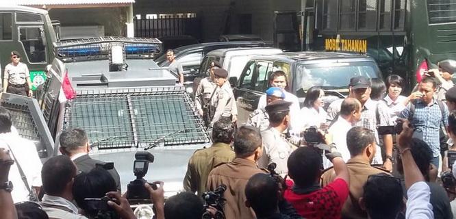 Margriet Christina Megawe dan Agus Tay Hamda May sampai ke Kajari Denpasar (foto: Kompas)