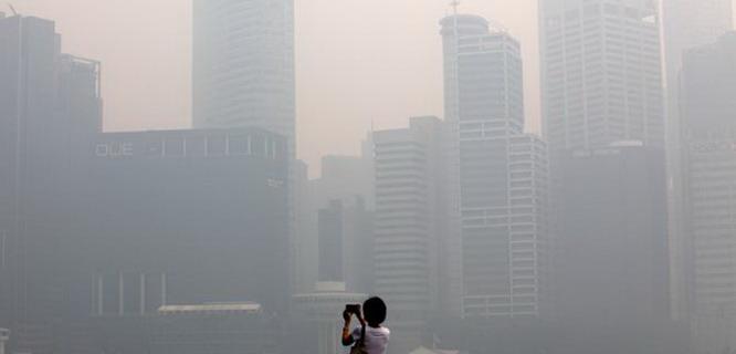 Kabut asap menyelimuti negara Singapura (foto: vivanews)