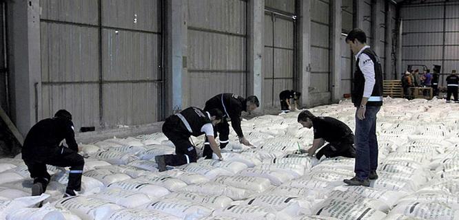 Petugas pabean Argentina memeriksa beras dicampur kokain (foto: AFP)