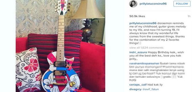 Hadiah ultah Prilly Latuconsina, Gitar Doraemon (foto: Instagram Prilly)