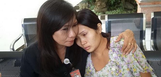 Siti Sapurah (P2TP2 Denpasar) dan Hamidah (kanan) sedang menunggu sidang (foto: Kompas/Sri Lestari)