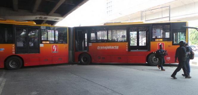 Bus TransJakarta tersangkut (foto: Kompas)