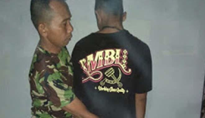 Pengamen Berkaos Palu Arit Ditangkap Aparat (foto: beritametro)