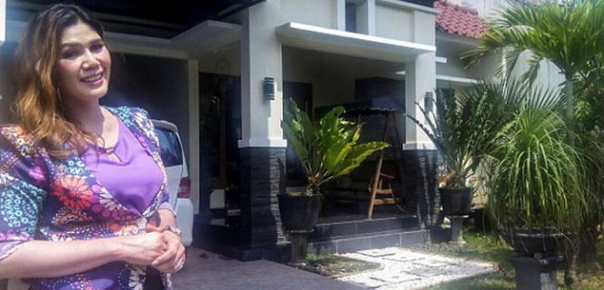 Winallya di depan rumahnya (foto: Getty Images)