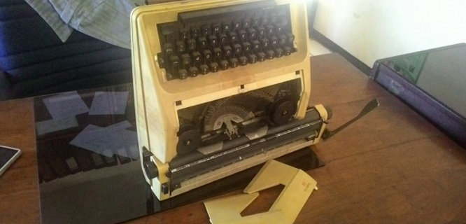 Mesin ketik yang dipakai registrasi anggota Yayasan Scorpio (foto: Tempo)