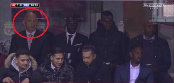 Stephen French terlihat di antara para pesohor terkenal Liverpool (foto: Skysports)