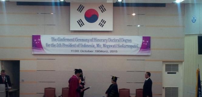 Megawati Soekarnoputri menerima gelar doktor honoris cause dari Korean Maritime and Ocean University (foto: Berita Satu)