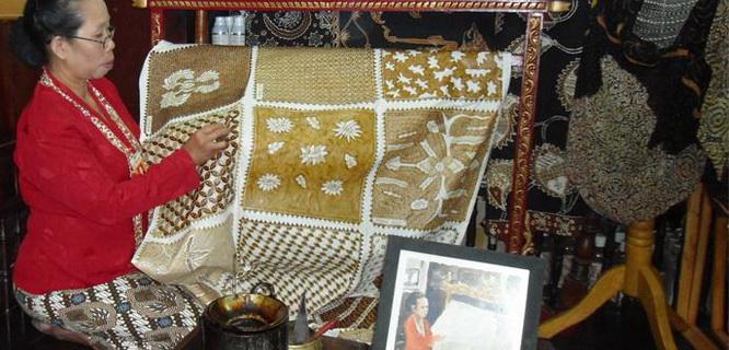 Ilustrasi Pengrajin Batik (foto: triptrus.com)