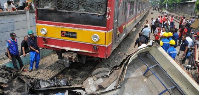 Kecelakaan Metromini vs KRL (foto: Liputan6)