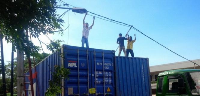Ilustrasi petugas membenarkan instalasi listrik (foto: Suara Pembaruan)