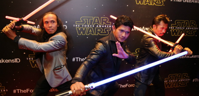 Yayan Ruhiyan, Iko Uwais, dan Cecep Rahman di Premier Star Wars VII: The Force Awakens (foto: bintang.com)