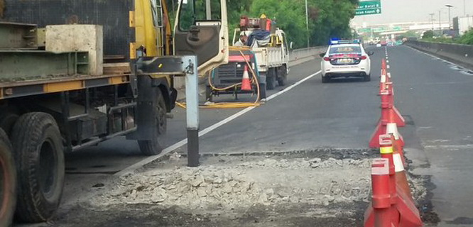 Jalan tol ambles (foto: @TMCPoldaMetro)