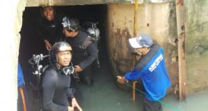 Pasukan Katak mengecek gorong-gorong (foto: Kompas)