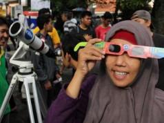 Ilustrasi menonton gerhana matahari (foto: vivanews)