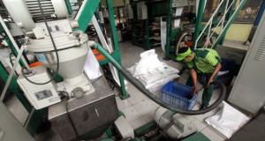 Proses pembuatan plastik berbahan tepung singkong (foto: Tempo)
