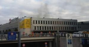 Bandara Zaventem, Belgia, diselimuti asap hitam usai ledakan bom (foto: AP)