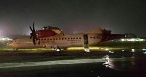 Sayap pesawat Batik Air sempa terbakar saat bersenggolan dengan pesawa TransNusa yang sedang ditarik menuju hanggar