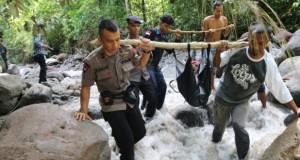Evakuasi jenazah korban banjir bandang Sibolangit (foto: Antara)
