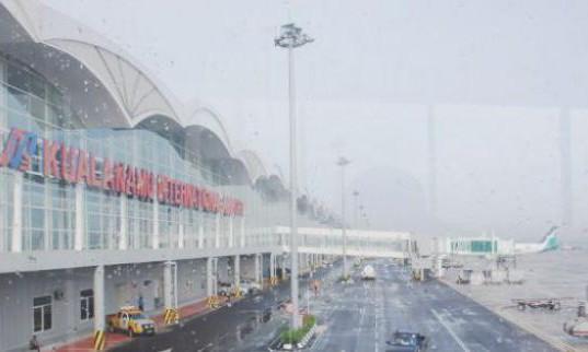 Kondisi Bandara Kualamanu saat diterjang abu vulkanik Gunung Sinabung (foto: sentananews)