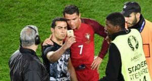 Cristiano Ronaldo berselfie dengan seorang fans (foto: espncdn.com)