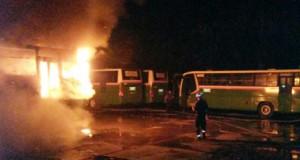 Bus Mayasari Bakti terbakar (foto: Berita Jakarta)