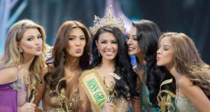 Ariska Putri Pertiwi (tengah) memenangkan gelar Miss Grand International 2016