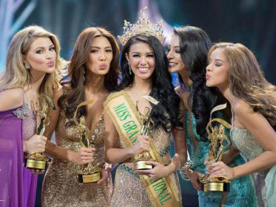 Ariska Putri Pertiwi (tengah) memenangkan gelar Miss Grand International 2016