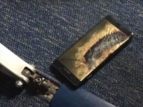 Samsung Galaxy Note 7 milik Brian Green terbakar di dalam pesawat yang ditumpanginya (foto: tech.firstpost.com)Samsung Galaxy Note 7 milik Brian Green terbakar di dalam pesawat yang ditumpanginya (foto: tech.firstpost.com)