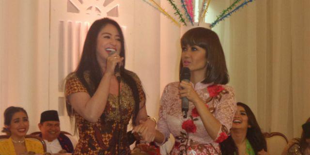 Dewi Perssik dan Julia Perez (foto: Dream)