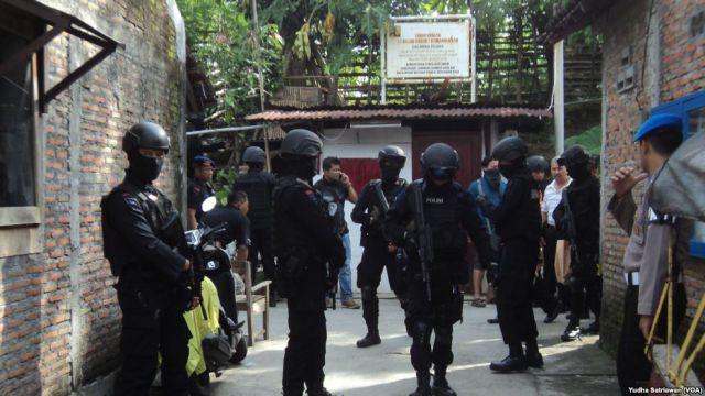 Densus 88 Antiteror Gerebek Rumah Terduga Teroris di Jebres, Surakarta (foto: VOA Indonesia)