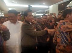 Jokowi di Mega Mall Manado (foto: Tribunnews)