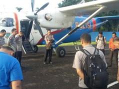 Personel kepolisian sebelum naik ke pesawat Sky Truck dengan nomor registrasi penerbangan P4201 yang hilang kontak di Kepulauan Riau, Sabtu (3/12/2016). Foto: Divisi Humas Polri